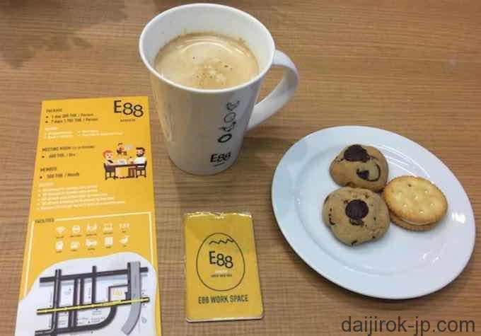 E88の入場カードとコーヒーとクッキーの写真