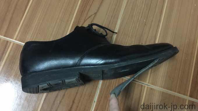 剥がれた靴底の写真