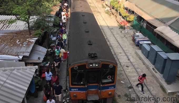 パヤタイ駅乗り降りの様子。