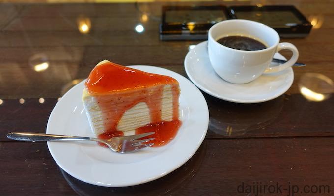 ミルクレープとコーヒーの写真